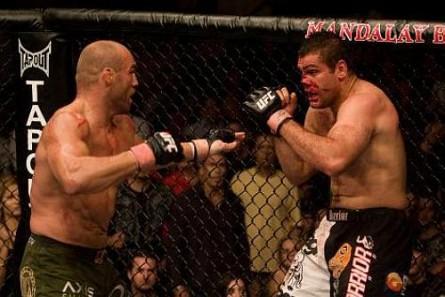 Napão (dir.) quebrou o nariz em luta com Couture. Foto: Divulgação/UFC