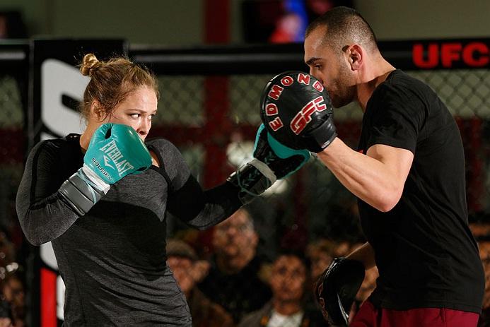 Edmond Tarverdyan (dir.) aposta alto em Ronda (esq.) contra Cyborg. Foto: Josh Hedges/UFC