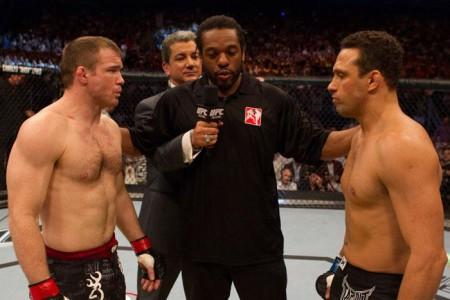 M. Hughes (esq.) e R. Gracie (dir.) antes do duelo no UFC 112. Foto: Divulgação