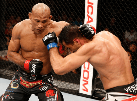 R. Jacaré (esq.) acerta G. Mousasi (dir.) na luta principal do UFC FN 50. Foto: Josh Hedges/UFC