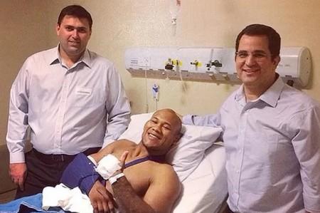 R. Jacaré posa ao lado dos médicos após cirurgia no cotovelo. Foto: Reprodução/Instagram