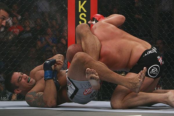 Werdum pega Fedor no triângulo que lhe garantiu a vitória. Foto: Divulgação/Strikeforce