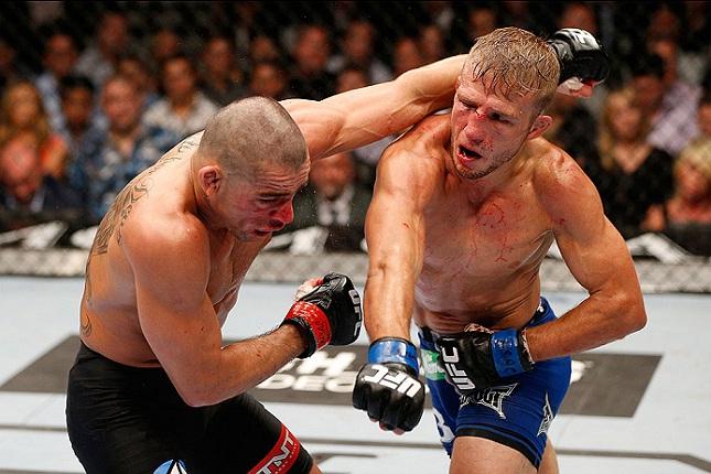 Barão (esq.) foi dominado por Dillashaw (dir.) no UFC 173. Foto: Josh Hedges/UFC