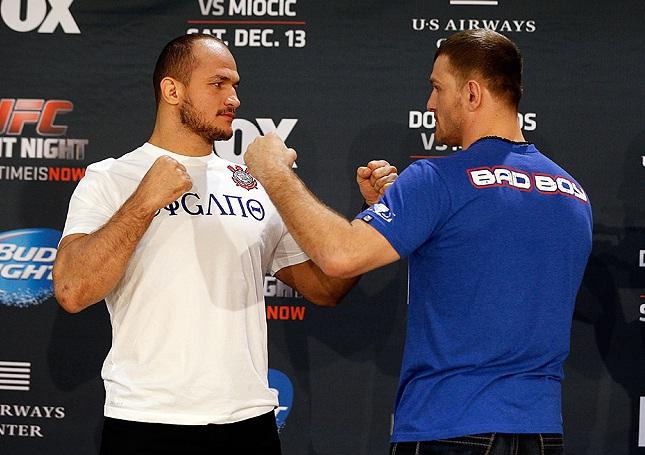 Cigano (esq.) e Miocic (dir.), seu adversário no retorno ao octógono. Foto: Josh Hedges/UFC