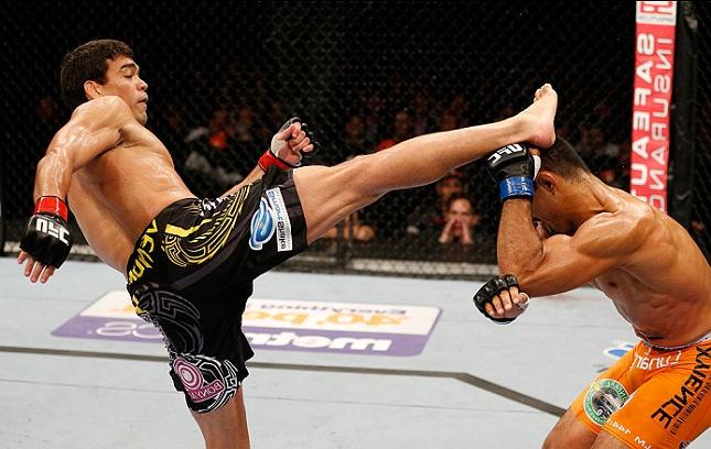 Lyoto (esq.) acerta chute abriu caminho para nocaute sobre Muñoz (dir.). Foto: Josh Hedges/UFC