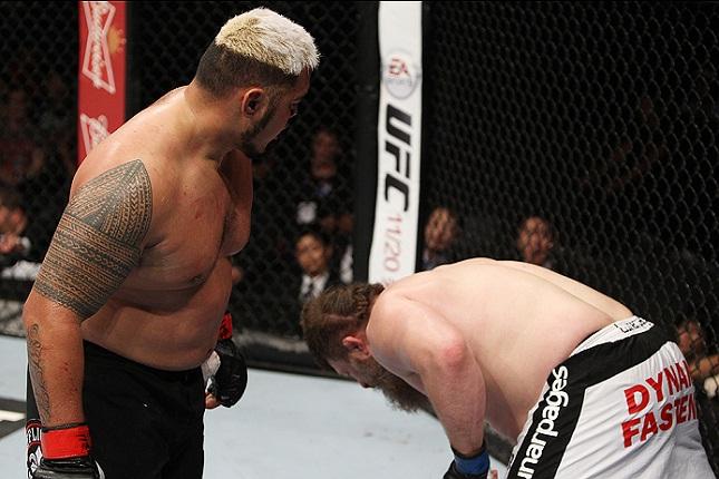M. Hunt assiste R. Nelson cair após nocauteá-lo no Japão. Foto: Josh Hedges/UFC
