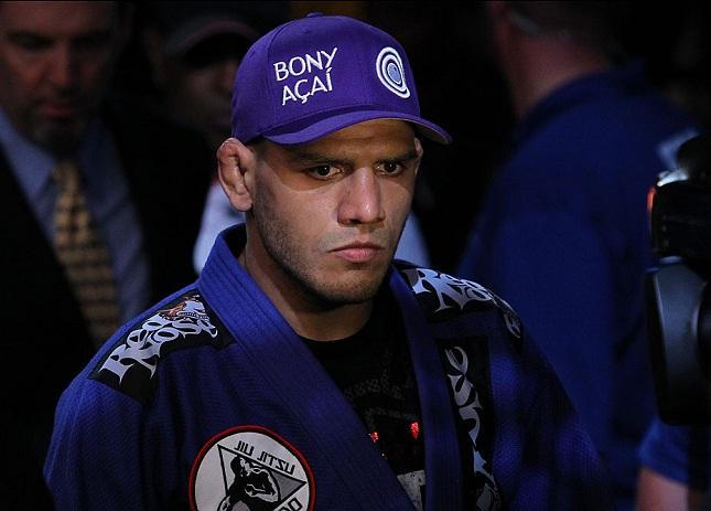 R. dos Anjos (foto) vem de sete vitórias em suas últimas oito lutas. Foto: Josh Hedges/UFC