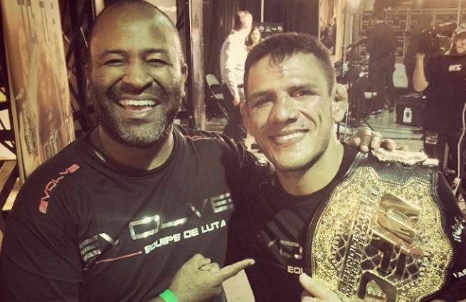 Cordeiro (esq.) comemora conquista de Dos Anjos no UFC. Foto: Reprodução/Instagram