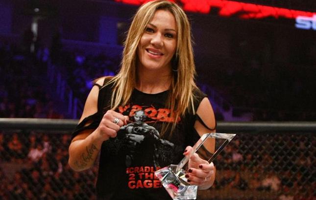 C. Cyborg (foto) seguirá no Invicta, mas deve se transferir pro UFC em breve. Foto: Reprodução/Twitter