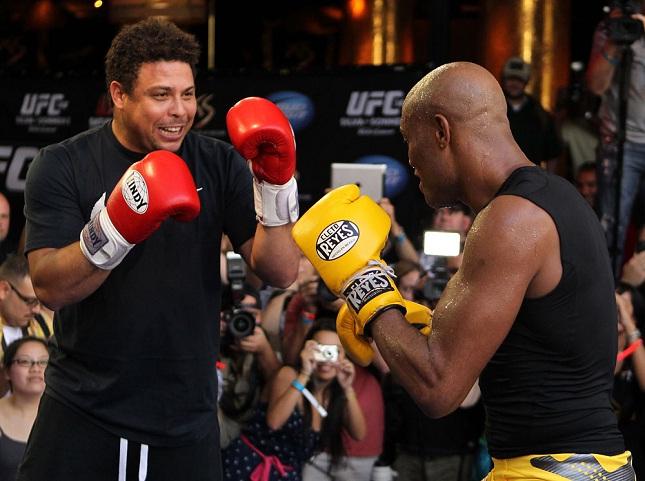 Ronaldo (esq.) foi parceiro de Anderson (dir.) antes de agenciar Belfort. Foto: Josh Hedges/UFC
