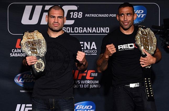 Werdum (esq.) x Velasquez (dir.): a luta finalmente a. Foto: Jeff Bottari/UFC