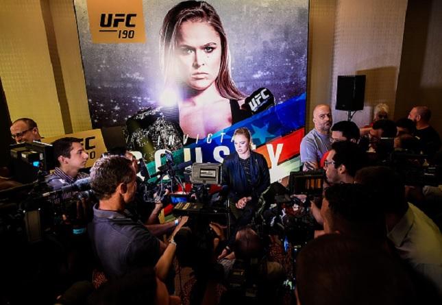 Ronda (ao centro) rodeada por dezenas de jornalistas durante o Media Day. Foto: Buda Mendes/UFC