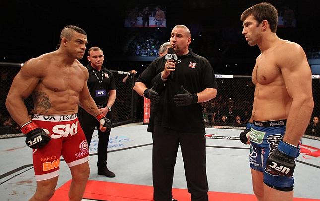 Vitor (esq.) e Rockhold (dir.) já se enfrentaram em 2013, com vitória para o brasileiro. Foto: Josh Hedges/UFC