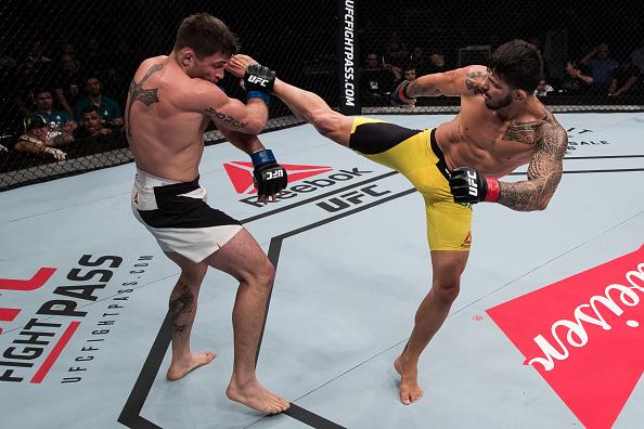 E. Silva (dir) e L. Chagas (esq) protagonizaram a melhor luta do UFC Brasília. (Foto: Getty Images)