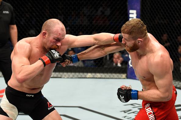Cummins (esq) venceu por decisão majoritária (Foto: Josh Hedges/UFC)