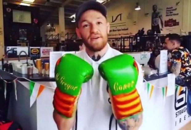 McGregor exibe as luvas para confronto com Floyd (Foto: Reprodução/Instagram)