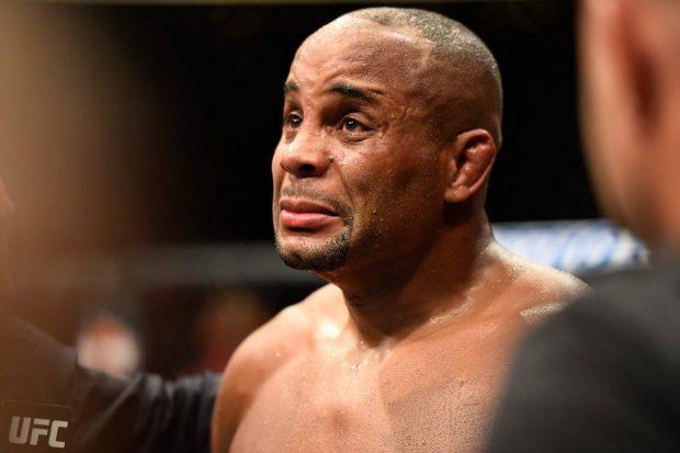 Cormier chorou após derrota para Jones (Foto: Reprodução/Facebook UFC)