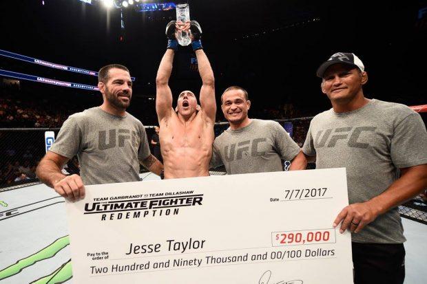 J. Taylor (sem camisa) comemora vitória no TUF 25 (Foto: Reprodução Facebook UFC)