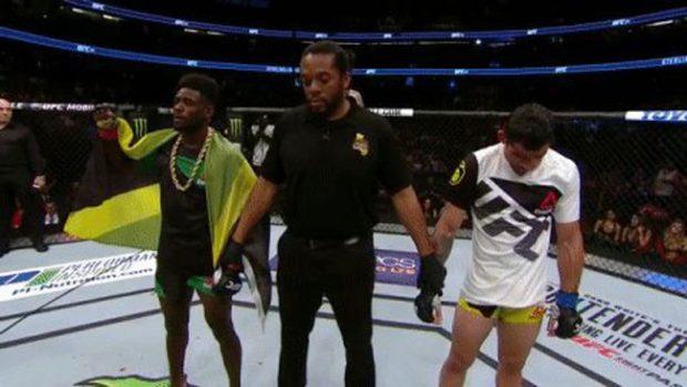 Barão (dir) foi superado por Sterling (esq) (Foto: Twitter UFC)