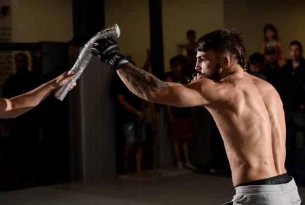 M. Perry (foto) agora enfrenta A. Reyes no UFC Pittsburgh (Foto: Reprodução Twitter ufc)