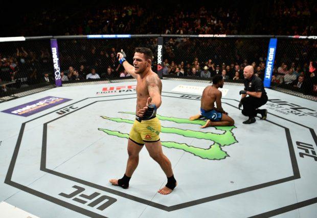 R. Dos Anjos ganhou bônus por nova vitória (Foto: Reprodução Twitter UFC_Brasil)
