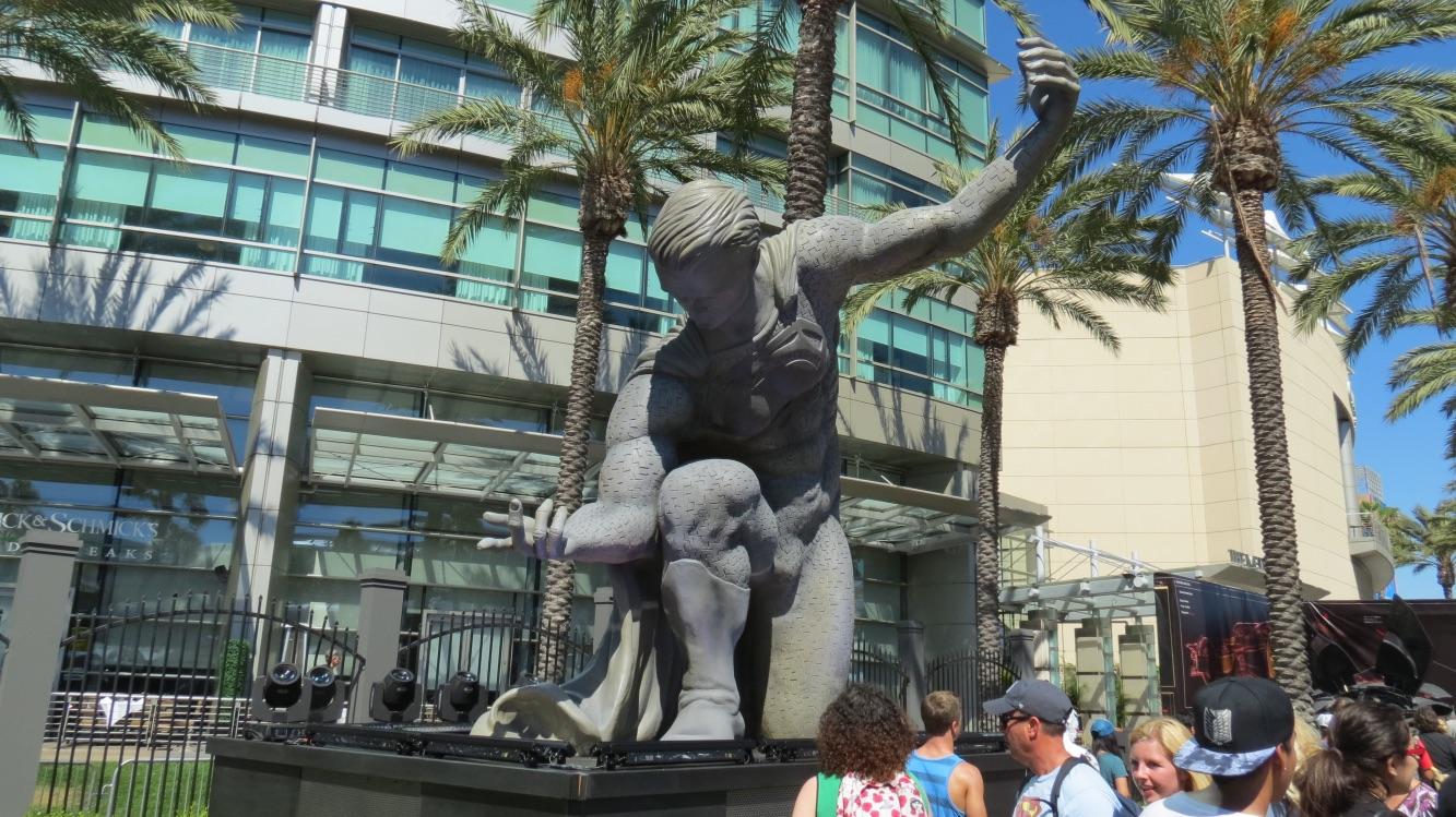 160724-SDCC-statue1