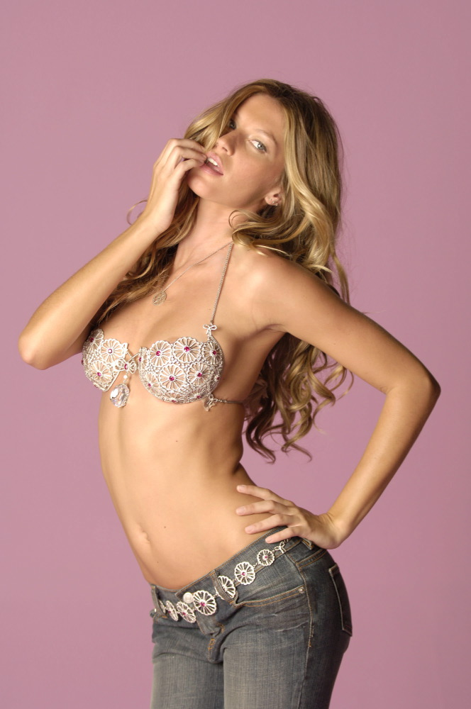 Gisele Bundchen for the Victoria's Secret Fantasy Bra 2005 [x 10]