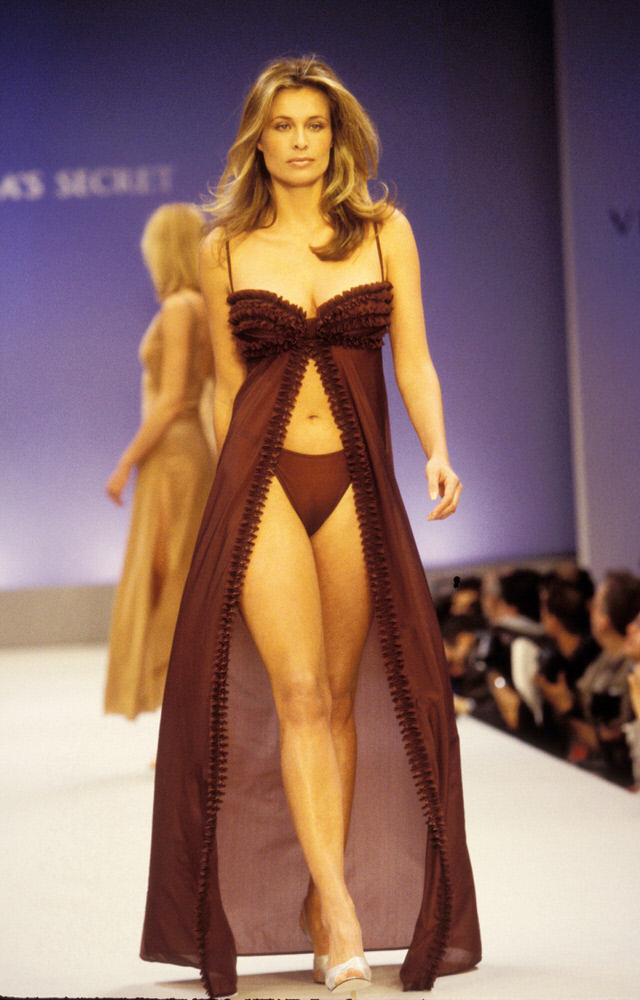 Victoria's Secret Fashion Show 1997 – Runway – Frederique Van Der Wal [x 1]