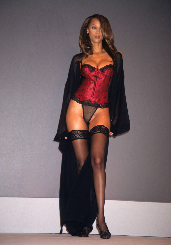 Victoria's Secret Fashion Show 1997 – Runway – Tyra Banks [x 5]