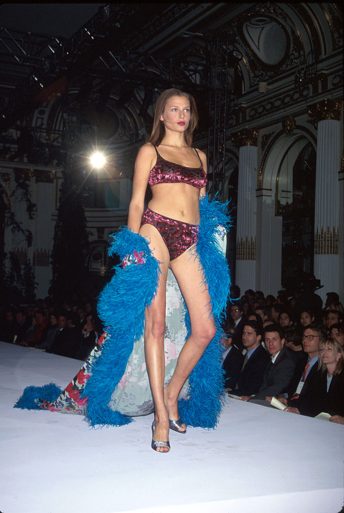 Victoria's Secret Fashion Show 1998 – Runway – Bridget Hall [x 1]