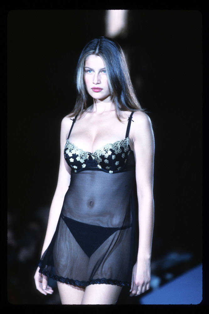 Victoria's Secret Fashion Show 1998 – Runway – Laetitia Casta [x 10]