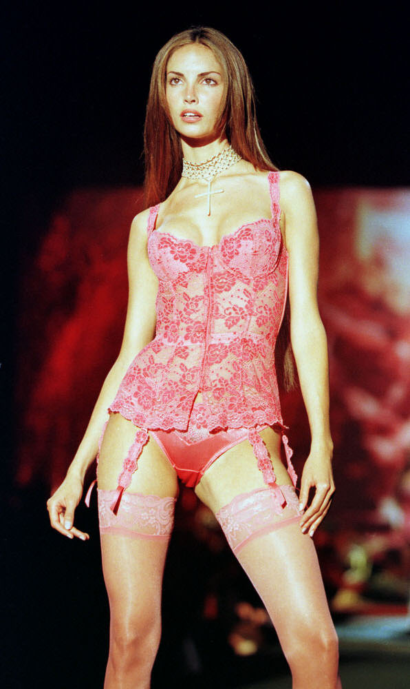 Victoria's Secret Fashion Show 1999 – Runway – Eugenia Silva [x 3]