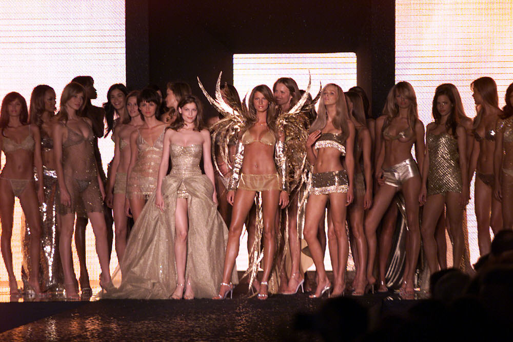 Victoria's Secret Fashion Show 2000 – Runway – Angels [x 8]