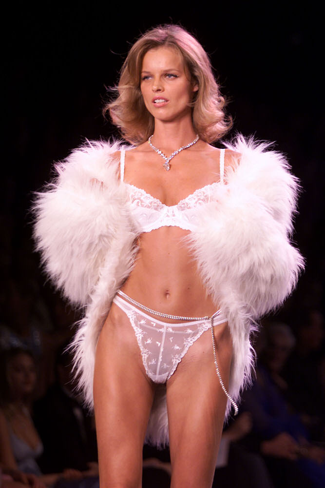 Victoria's Secret Fashion Show 2000 – Runway – Eva Herzigova [x 11]