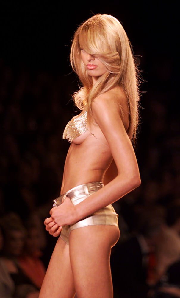Victoria's Secret Fashion Show 2000 – Runway – Karolina Kurkova [x 1]