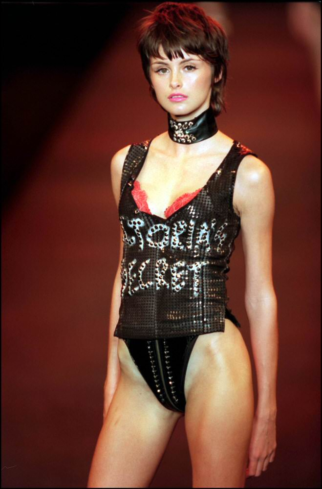 Victoria's Secret Fashion Show 2000 – Runway – Trish Goff [x 4]