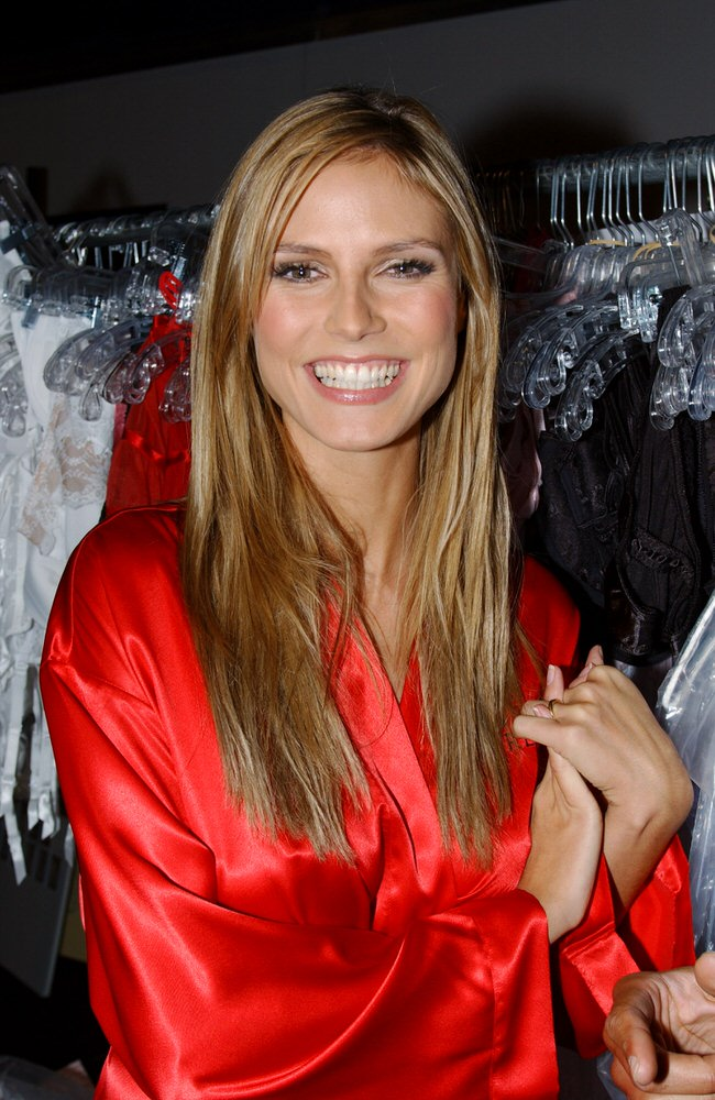 Victoria's Secret Fashion Show 2001 – Backstage – Heidi Klum [x 9]