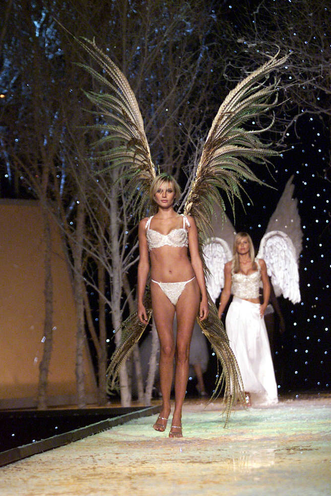 Victoria's Secret Fashion Show 2001 – Runway – Bridget Hall [x 34]