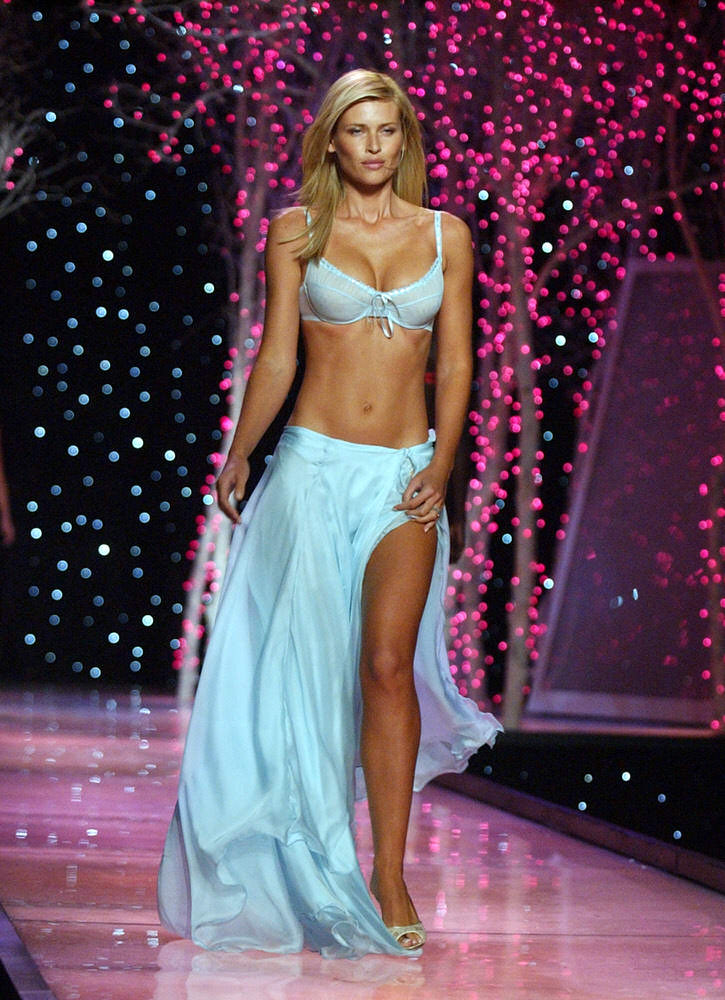 Victoria's Secret Fashion Show 2001 – Runway – Daniela Pestova [x 13]