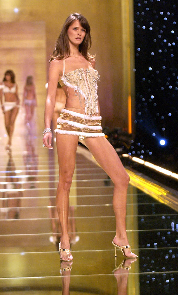 Victoria's Secret Fashion Show 2002 – Runway – Segment 1 – Carmen Kass [x 7]
