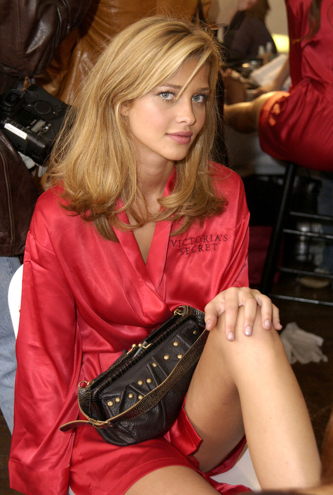 Victoria's Secret Fashion Show 2002 – Backstage – Ana Beatriz Barros [x 6]