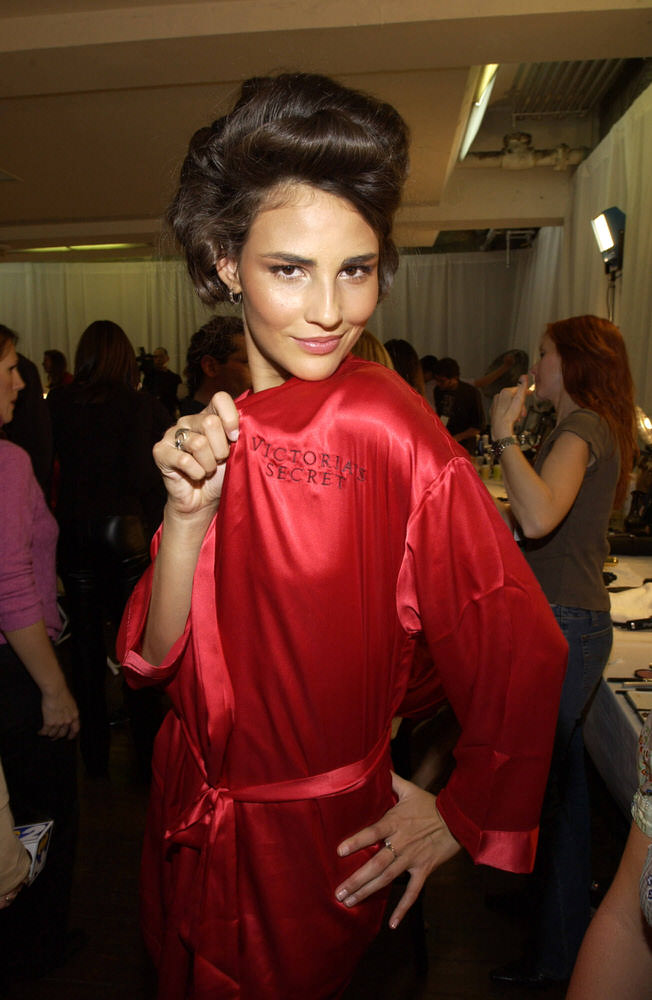 Victoria's Secret Fashion Show 2002 – Backstage – Fernanda Tavares [x 16]