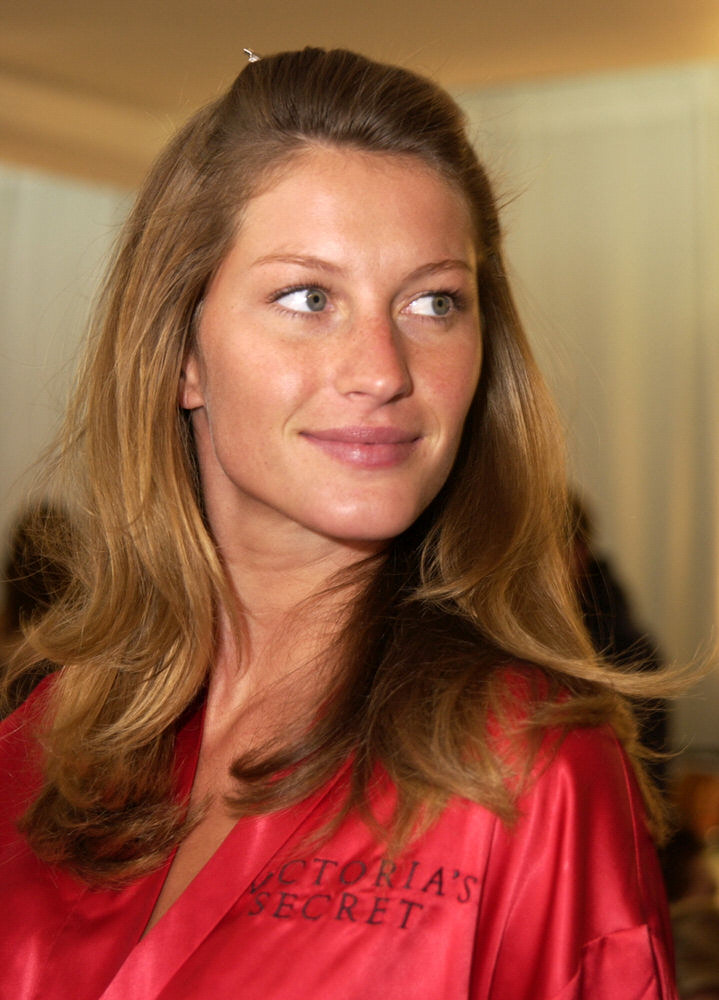Victoria's Secret Fashion Show 2002 – Backstage – Gisele Bundchen [x 132]