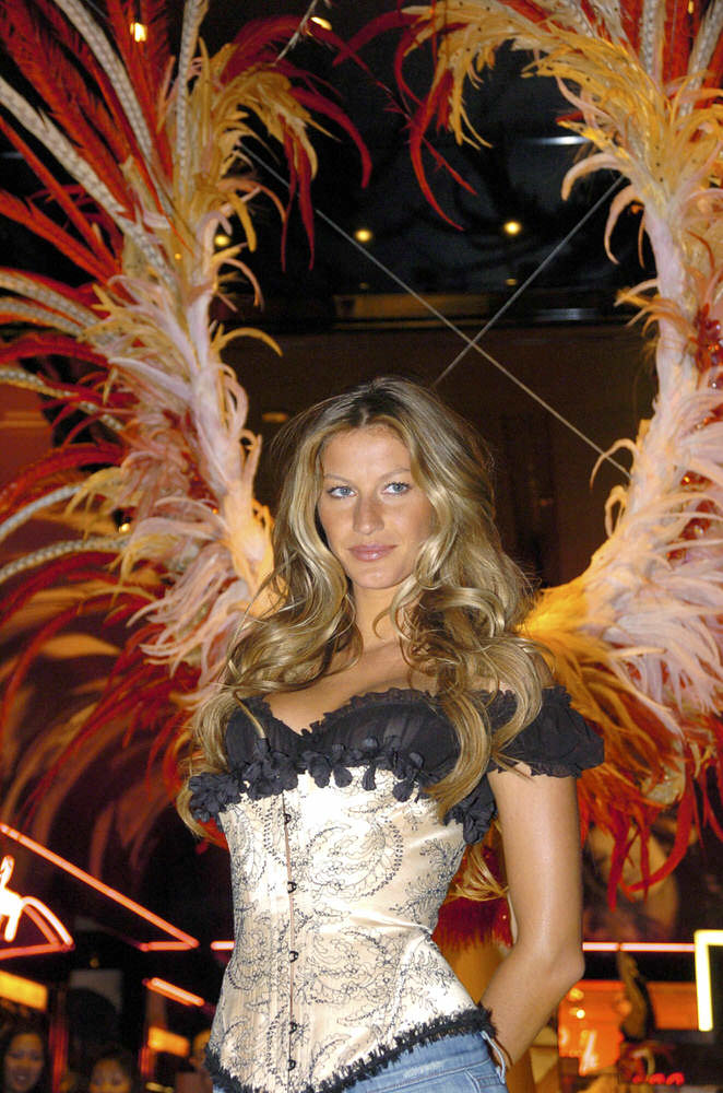 "Gisele Bundchen Presents the Victoria's Secret Fashion Show Exhibit ""Ten Years of Sexy"", Las Vegas [x 85]"