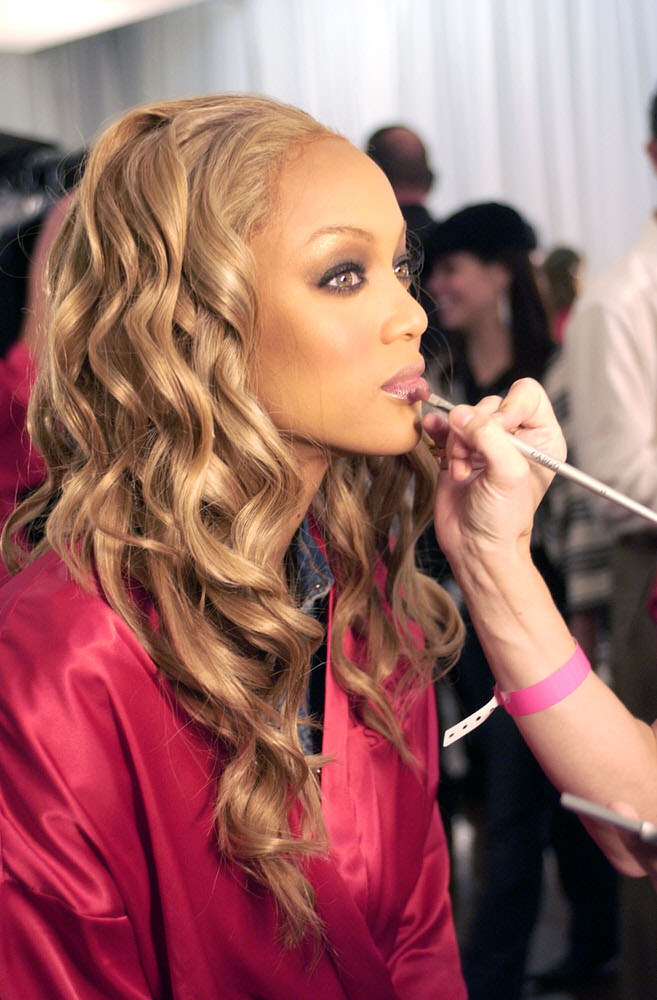 Victoria's Secret Fashion Show 2003 – Backstage – Tyra Banks [x 47]