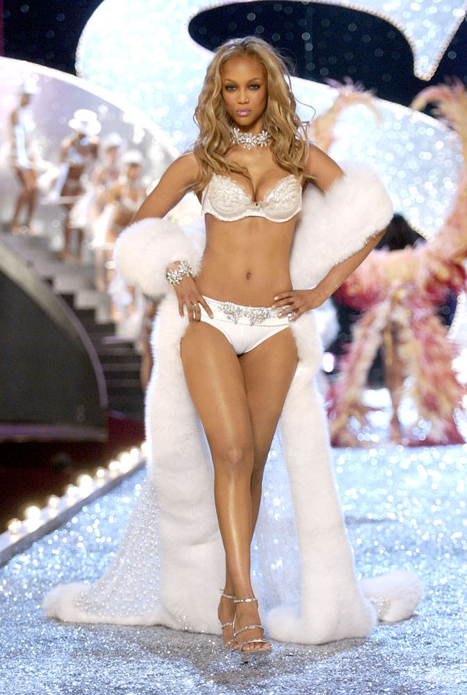Victoria's Secret Fashion Show 2003 – Runway – 5 Glaaaaamaaazons – Tyra Banks [x 20]