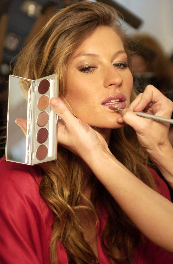 Victoria's Secret Fashion Show 2003 – Backstage – Gisele Bundchen [x 142]