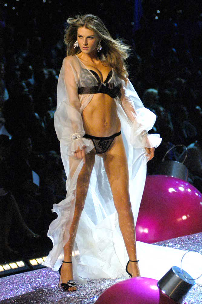 Angela Lindvall – 2 Sexy Shadow Dreams – Victoria's Secret Fashion Show 2005 [x 15]