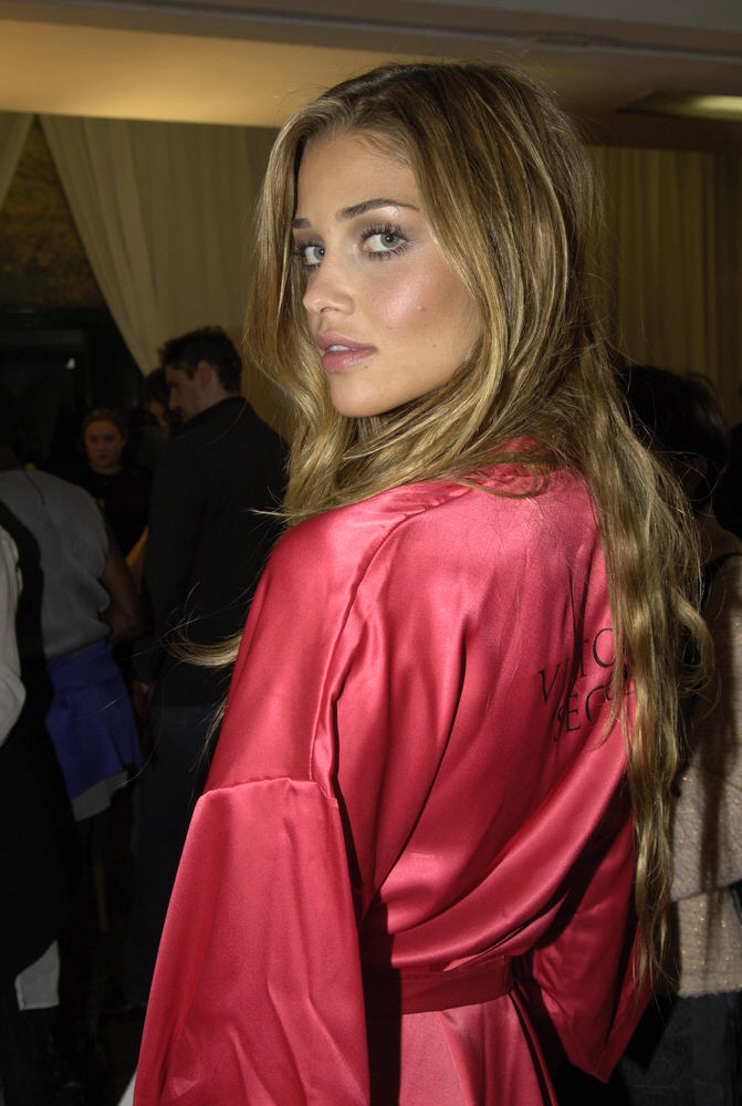 Ana Beatriz Barros – Backstage – Victoria's Secret Fashion Show 2005 [x 15]