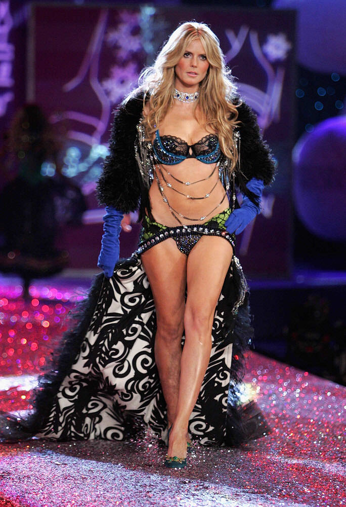 Heidi Klum – 4 Sexy Russian Babes – Victoria's Secret Fashion Show 2005 [x 37]